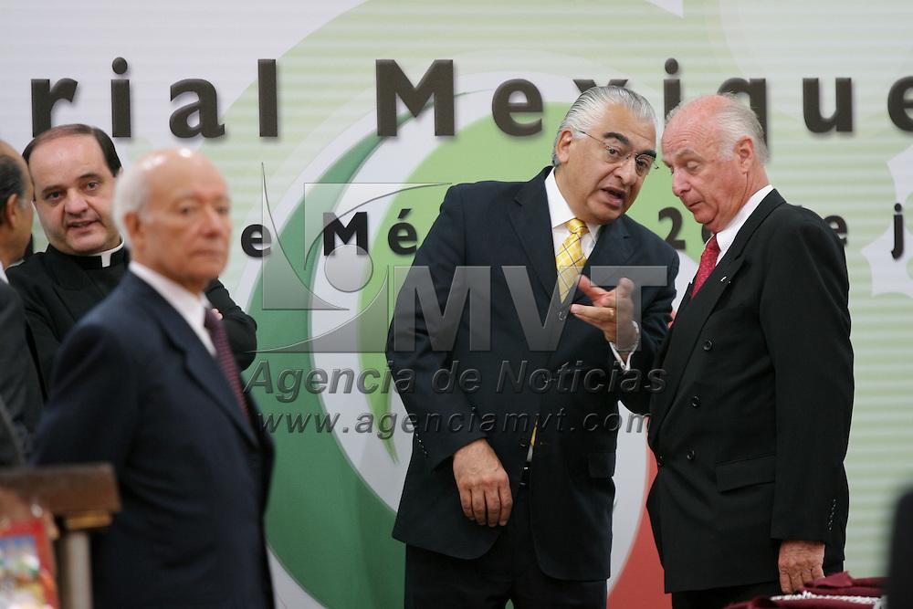 Metepec, Mex.- Peter Homberg Lehmann (der), presidente del Consejo Coordinador Empresarial Mexiquense (CCEM), conversa con Marco Antonio Abaid Kado, secretario de la contraloria, durante la entrega del premio Estatal a la Excelencia Empresarial Mexiquense. Agencia MVT / Mario Vazquez de la Torre. (DIGITAL)<br /> <br /> <br /> <br /> <br /> <br /> <br /> <br /> NO ARCHIVAR - NO ARCHIVE