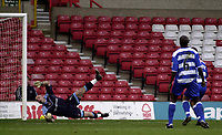 Fotball<br /> England 2004/2005<br /> Foto: SBI/Digitalsport<br /> NORWAY ONLY<br /> <br /> Nottingham Forest v Reading<br /> Coca Cola Championship. 20/11/2004.<br /> <br /> Reading's keeper Marcus Hahnemann (L) is unable to prevent Forest taking taking a 1-0 lead.