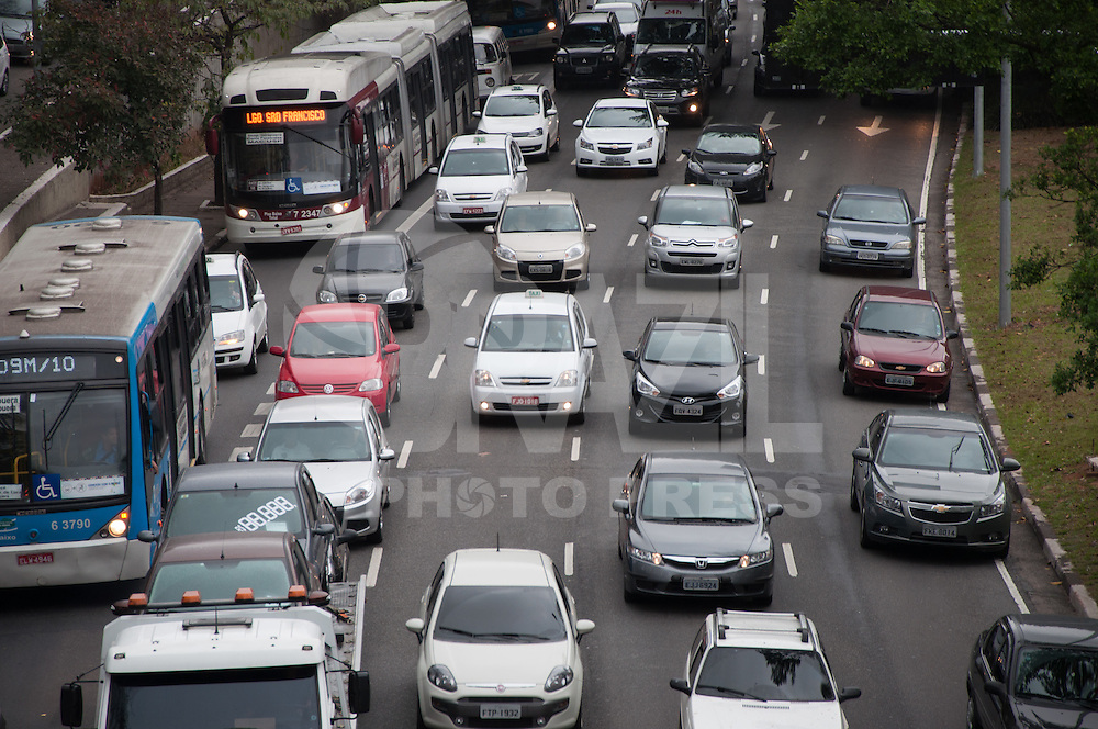 SÃO PAULO - SP - 08,08,2014 - TRÂNSITO CAPITAL SP - O motorista segue com lentidão na Avenida 23 de Maio sentido Santana  na tarde dessa sexta-feira,08 (Foto:Kevin David/Brazil Photo Press)