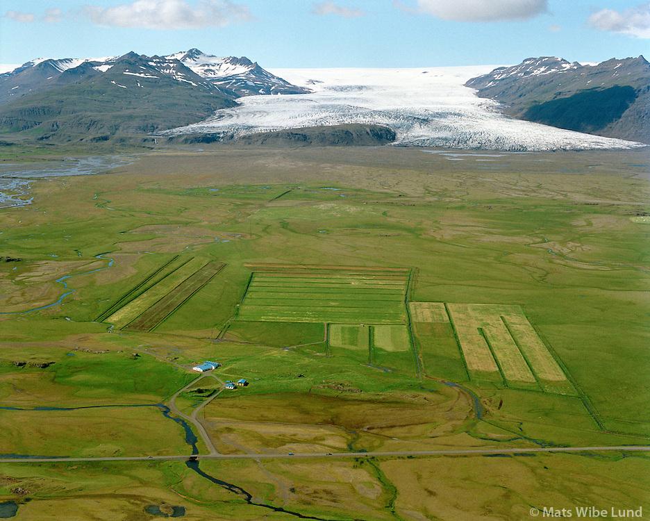 Lambleiksstaðir séð til norðvesturs, Fláajökull í baksýni, Mýrahreppur  /   Lambleiksstadir viewing northwest. Flaajokull glacier in background. - -  New name of the county:  Sveitarfélagið Hornafjörður /  Sveitarfelagid Hornafjordur.