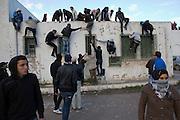 scene de panique au cimetiere Jallez quand la foule essaye d'echapper au tires de gaz lacrymogene. l'hommage du peuple Tunisien à Chokri Belaid fut perturbé par incidents entre jeunes casseurs et la police anti-emeutes. Des voitures sont brulées.