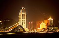 general view  by night , bank of China and hotel casino  Lisboa Macau  ///  vue generale sur la baie la nuit . La banque de Chine et Líhotel lisboa. Macao /// R00228/23    L1632  /  R00228  /  P0006567