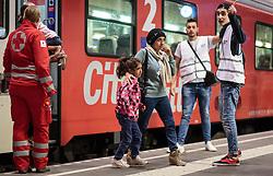 13.09.2015, Hauptbahnhof Salzburg, AUT, Fluechtlinge am Hauptbahnhof Salzburg auf ihrer Reise nach Deutschland, im Bild Flüchtlinge mit Kindern steigen aus einem Zug von Richtung Wien kommend aus. Der ÖBB Zugsverkehr nach Deutschland wurde eingestellt // Refugees with children coming off a train from Vienna. According to reports Germany has stoped the Train Traffic from and into Austria, Main Train Station, Salzburg, Austria on 2015/09/13. EXPA Pictures © 2015, PhotoCredit: EXPA/ JFK