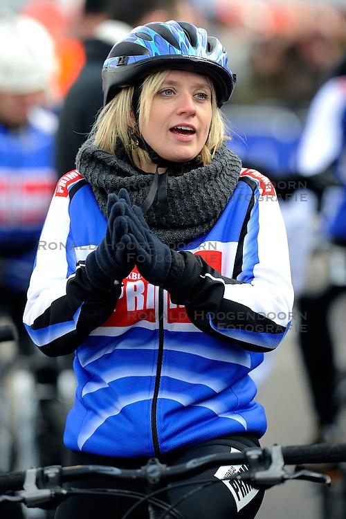 01-02-2009 VELDRIJDEN: WK VROUWEN: HOOGERHEIDE<br /> Ook de VIPers mochten een rondje fietsen - <br /> &copy;2009-WWW.FOTOHOOGENDOORN.NL