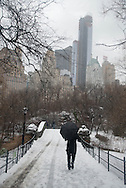 New York. Central park under the snow , the pond and the Gapstow Bridge / Central park  le pond et le pont Gapstow Bridge Central park sous la neige.