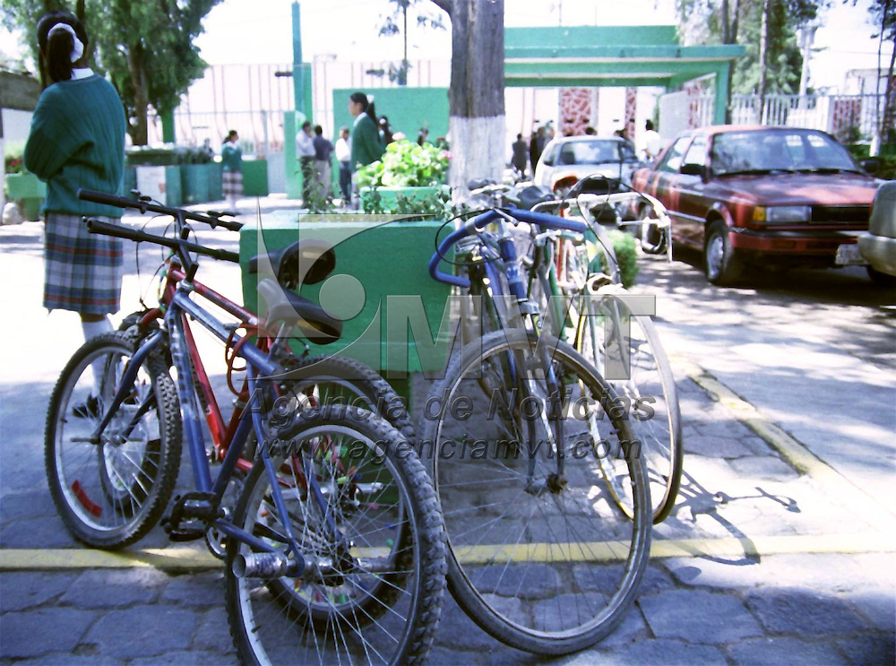 Toluca, M&eacute;x.- En el  patio de esta escuela secundaria, en la delegacion de San Pedro Totoltepec, existen  dos tipos de vehiculos: los ecologicos y los mecanicos. Agencia MVT / H. V&aacute;zquez E.. (FILM)<br /><br />NO ARCHIVAR - NO ARCHIVE