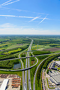 Nederland, Utrecht, gemeente Vijfheerenlanden , 13-05-2019; Knooppunt Everdingen, kruising van de rijkswegen A2 en A27 (min of meer vlnr), gedeeltelijk turbineknooppunt. <br /> Everdingen junction south of Utrecht.<br /> <br /> luchtfoto (toeslag op standard tarieven);<br /> aerial photo (additional fee required);<br /> copyright foto/photo Siebe Swart