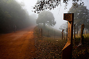 Tiradentes_MG, Brasil...Circuito Estrada Real. Estrada de terra na zona rural de Tiradentes, Minas Gerais...The Real Road (Estrada Real) Circuit. The dirt road in the rural area in Tiradentes, Minas Gerais...Foto: LEO DRUMOND / NITRO