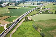 Nederland, Gemeente Duiven, Groessen, 28-06-2006;  Buurtschap Den Oldenhoek: in dit landelijke gebied (ten Zuidoosten van Arnhem) moet de geluidsoverlast van de Betuweroute beperkt worden door de aanleg van een monumentaal geluidsscherm, circa 5 meter hoog, enige kilometers lang, tot aan de tunnel in Zevenaar, linksonder werktrein met ballast op de sporen van de Betuwelijn;  het geluidsscherm is omstreden omdat het (wellicht) een te grote barriere vormt als er brand uitbreekt of andere calamiteiten plaats vinden; milieu, verkeer en vervoer, veiligheid, brand, Betuwelijn, transport, verkeer en vervoer, planologie; zie ook andere (lucht)foto's van deze lokatie; deel van de serie Panorama Nederland luchtfoto (toeslag aerial photo (additional fee required .foto Siebe Swart / photo Siebe Swart