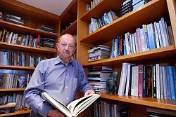 """O escritor Moacyr Scliar, que está lançando o livro """"Os Vendilhões do Templo"""" na biblioteca de sua casa em Porto Alegre.<br /> FOTO: Jefferson Bernardes/Preview.com"""