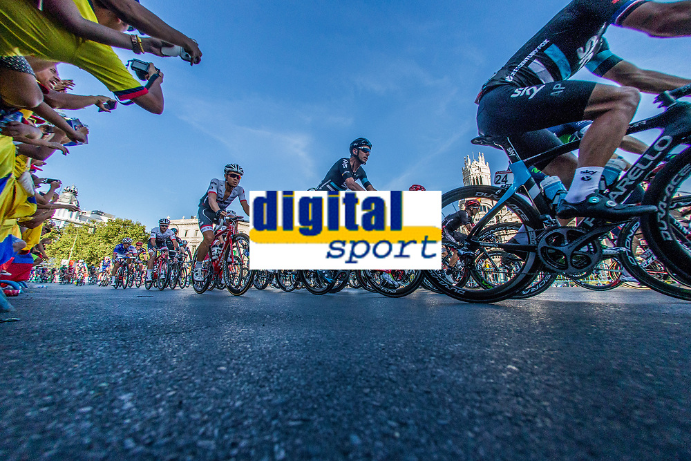 The platoon of La Vuelta across Cibeles square during the last stage or La Vuelta of Spain in Madrid. September 10, 2016. (ALTERPHOTOS/Rodrigo Jimenez)