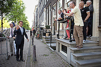 Nederland. Amsterdam, 23 mei 2010.<br /> RUTTE ARRIVEERT OP DE KEIZERSGRACHT BIJ DE RODE HOED. BEWONERS EN VERJAARDAGSVISITE VERWELKOMEN DE VVD LIJSTTREKKER. Mark Rutte, Geert Wilders, Job Cohen en Jan Peter Balkenende ontmoeten elkaar tijdens het verkiezingsdebat op RTL4. Het debat vindt plaats in De Rode Hoed in Amsterdam. politiek; debat; campagne; lijsttrekkers; politici, premierskandidaten, premiersdebat<br /> Foto Martijn Beekman