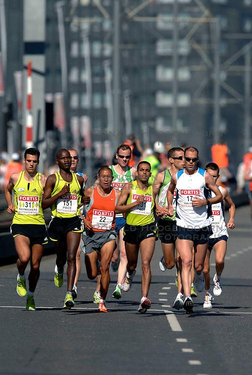 15-04-2007 ATLETIEK: FORTIS MARATHON: ROTTERDAM<br /> In Rotterdam werd zondag de 27e editie van de Marathon gehouden. De marathon werd rond de klok van 2 stilgelegd wegens de hitte en het grote aantal uitvallers / Koen Raymaekers, Greg van Hest en Hugo van den Broek op de Erasmusbrug<br /> &copy;2007-WWW.FOTOHOOGENDOORN.NL
