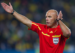 Referee Howard Webb (ENG) during the 2010 FIFA World Cup South Africa Round of Sixteen match between Brazil and Chile at Ellis Park Stadium on June 28, 2010 in Johannesburg, South Africa. Brazil defeated Mexico 3-0 and qualified for quarterfinals.  (Photo by Vid Ponikvar / Sportida)