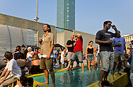 "New York. Queens. PS1 modern art center, warm's up afternoon. Music and DJ,  trendy  people in swiming pool and on beach. Urban beach by William E Massie  New York  Usa /  PS1 centre d'art moderne dans l ecole publique numero un a Queens, après midi warm's up, gens branché dansant dans la piscine ou sur la ""plage""  Urban beach oeuvre William E Massie  New York  USa"