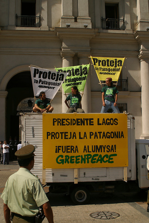Greenpeace action at La Moneda, Feb. 19, 2004. Daniel Beltra/Greenpeace.