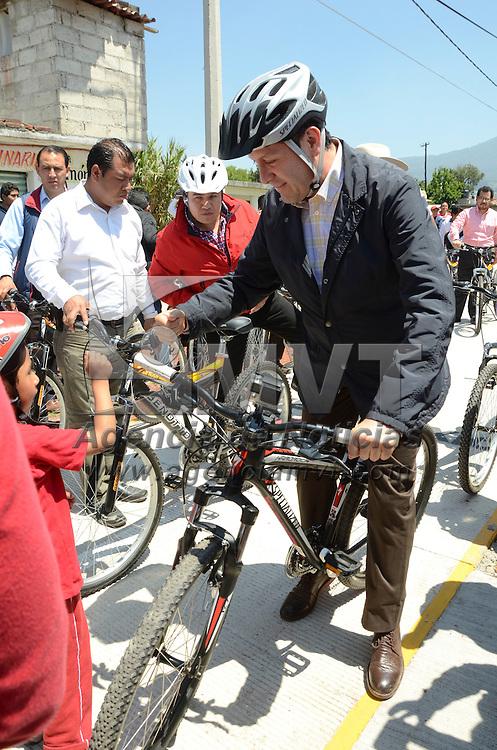 Jocotitlán, Méx.- Eruviel Ávila Villegas, Gobernador del Estado de México, recorrió la nueva ciclo pista de Jocotitlán al ser inaugurada, del centro a la Unidad Tecnológica. Agencia MVT / José Hernández