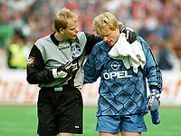 Fotball<br /> Bundesliga Tyskland<br /> Foto: imago/Digitalsport<br /> NORWAY ONLY<br /> <br /> 02.05.1998  <br /> <br /> Zuspruch von Duisburgs Torwart Thomas Gill (li.) für Gegenüber Oliver Kahn