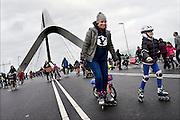 Nederland, Nijmegen, 24-11-2013Zaterdag is de nieuwe stadsbrug van de stad Nijmegen, de Oversteek, in gebruik genomen, geopend. Op de foto neemt het publiek deze zondag de brug in bezit. Vanaf middernacht het autoverkeer over de brug rijden. Ongeveer 10.000 mensen liepen naar de andere kant en terug.  De brug is vernoemd naar de heldhaftige oversteek van de rivier de Waal die Amerikaanse soldaten op dit punt maakten tijdens de operatie Market Garden in de tweede wereldoorlog om met succes de oude Waalbrug te veroveren. De overspanning is een belangrijke schakel in de ontlasting van de stad van het doorgaande verkeerDe Oversteek is een boogbrug van 285 meter lang en 60 meter hoog en is de op een na langste hoofd overspanning van Nederland, en de grootste boogbrug van Europa met een enkelvoudige boog.De nieuwe oeververbinding moet zorgen voor een betere spreiding en doorstroming van verkeer binnen de stad Nijmegen. Na 75 jaar is er eindelijk een tweede vaste verbinding voor de stad. De oude waalbrug krijgt vanaf eind dit jaar groot onderhoud, waarna de volle capaciteit van beide bruggen pas gebruikt kan worden. De skyline van de stad is veranderd.De brug is een ontwerp van de Belgische architecten Ney en Paulissen. Foto: Flip Franssen/Hollandse Hoogte