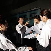 SEOUL, Oct. 25, 2006:Mitglieder der Nordkoreanischen Popband diskutieren vo dem Aufnahmestudio in einem Fernsehsender. Die 5 Maedchen wurden von einem Manager im Trainingszentrum fuer Nordkoreanische Fluechtlinge in Seoul entdeckt. der Manager hofft nun, die Maedchen landesweit bekannt zu machen.