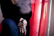 """43 ans - Medecin.Ancienne Interne des Hopitaux de Paris en chirurgie reparatrice...Consomme du cannabis occasionnellement, """"ca depend des periodes, une ou deux fois par semaine depuis mes 17 ans. Ça me detend, ca me donne une perception des choses et de moi meme qui me nourrit et auquel je n'ai pas acces sans.  Le cannabis me permet une reflexion plus ouverte. Il faut avoir les idees avant de fumer mais j'ai cree beaucoup de choses en fumant. C'est bon pour les douleurs, le sommeil...""""..Favorable a la depenalisation mais la legalisation """" je n'en sais rien"""".""""A l'hopital ca devrait etre autorise pour eviter les effets secondaires des traitement mais avec un protocole etablit avec les medecins. On donne de la morphine aux malades, alors pourquoi du shit...? """""""