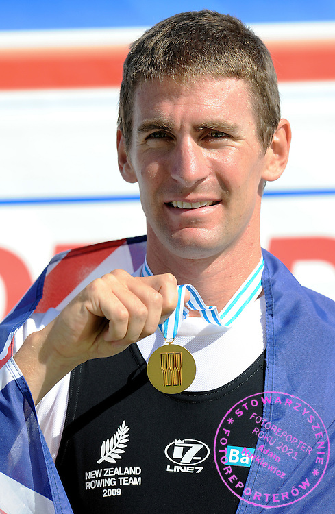 DUNCAN GRANT (NEW ZEALAND) POSES WITH GOLD MEDAL IN THE FINAL A LIGHWEIGHT MEN'S SINGLE SCULLS DURING DAY EIGHT OF REGATTA WORLD ROWING CHAMPIONSHIPS ON MALTA LAKE IN POZNAN, POLAND...POZNAN , POLAND , AUGUST 30, 2009..( PHOTO BY ADAM NURKIEWICZ / MEDIASPORT )..PICTURE ALSO AVAIBLE IN RAW OR TIFF FORMAT ON SPECIAL REQUEST.