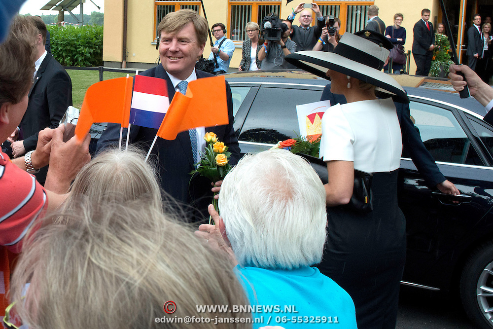 Koning en koningin bezoeken Nedersaksen. In het duitse Werlte krijgt het konuingspaar een rondleiding door het AUDI 3N Kompetenzzentrum<br /> <br /> King and Queen visit Niedersachsen. In the German Werlte the royal couple get a tour of the AUDI 3N Kompetenzzentrum<br /> <br /> Op de foto / On the photo: <br />  Koning Willem Alexander en Koningin Maxima<br /> <br /> King Willem Alexander and Queen Maxima
