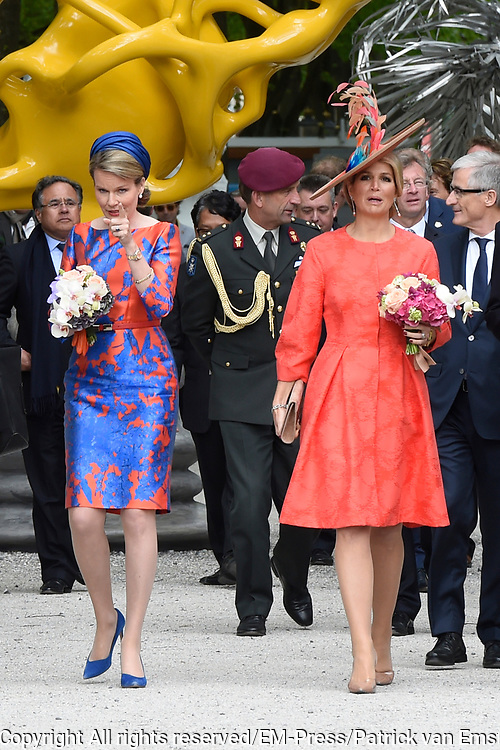 Koningin M&aacute;xima en koningin Mathilde van Belgi&euml; openen de beeldententoonstelling Den Haag Sculptuur op het Lange Voorhout. In de openlucht tentoonstelling 'Vormidable' staan kunstwerken van gevestigde en opkomende Vlaamse kunstenaars, wordt twintig jaar culturele samenwerking tussen Nedeland en Belgi&euml; gevierd.<br /> <br /> <br /> Queen Maxima and Queen Mathilde of Belgium opened the sculpture exhibition The Hague Sculpture on the Lange Voorhout. In the outdoor exhibition Vormidable 'are works by established and emerging Flemish artists, celebrates twenty years of cultural cooperation between the laws of the Netherlands and Belgium.<br /> <br /> Op de foto / On the photo:  Koningin M&aacute;xima en koningin Mathilde krijgen een rondleiding langs de beeldententoonstelling<br /> <br /> Queen Maxima and Queen Mathilde get a tour of the sculpture exhibition