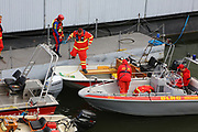 Mannheim. 29.07.17 | &Uuml;bung um M&uuml;hlauhafen<br /> M&uuml;hlauhafen. Rettungs&uuml;bung von Feuerwehr DLRG und ASB. Das Szenario: Ein Fahrgastschiff brennt und die Passagiere m&uuml;ssen gerettet werden. <br /> Auf der MS Oberrhein wird ge&uuml;bt. Dazu ankert das Schiff in der Fahrrinne des M&uuml;hlauhafens. Das Feuerl&ouml;schboot Metropolregion 1 kommt dazu.<br /> <br /> BILD- ID 0912 |<br /> Bild: Markus Prosswitz 29JUL17 / masterpress (Bild ist honorarpflichtig - No Model Release!)