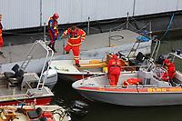 Mannheim. 29.07.17   &Uuml;bung um M&uuml;hlauhafen<br /> M&uuml;hlauhafen. Rettungs&uuml;bung von Feuerwehr DLRG und ASB. Das Szenario: Ein Fahrgastschiff brennt und die Passagiere m&uuml;ssen gerettet werden. <br /> Auf der MS Oberrhein wird ge&uuml;bt. Dazu ankert das Schiff in der Fahrrinne des M&uuml;hlauhafens. Das Feuerl&ouml;schboot Metropolregion 1 kommt dazu.<br /> <br /> BILD- ID 0912  <br /> Bild: Markus Prosswitz 29JUL17 / masterpress (Bild ist honorarpflichtig - No Model Release!)