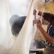Jongen zweeft sojabonen in een tofu-fabriek bij Malang, Oost Java.