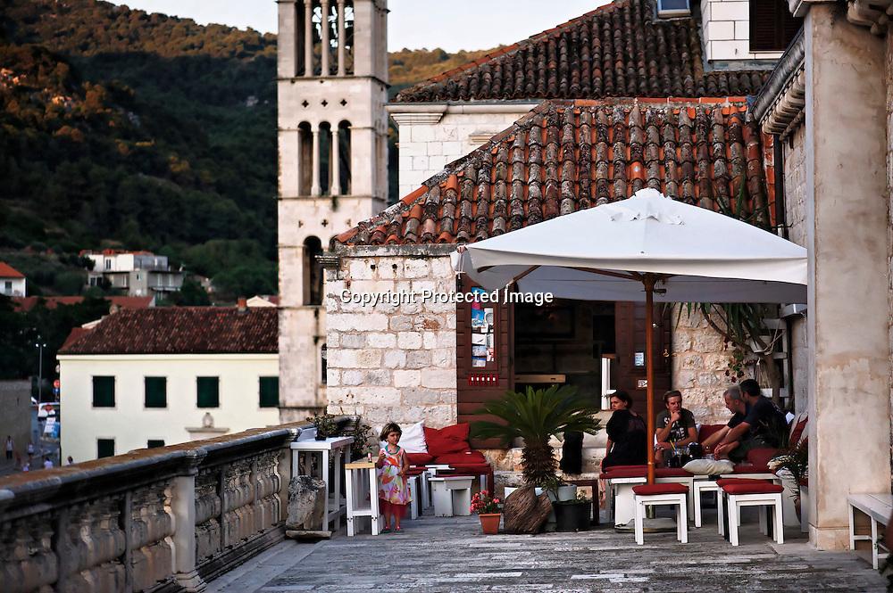 Discrètement installé à coté du théâtre ce petit bar surplombe dans la tranquillité la frénésie de Hvar.