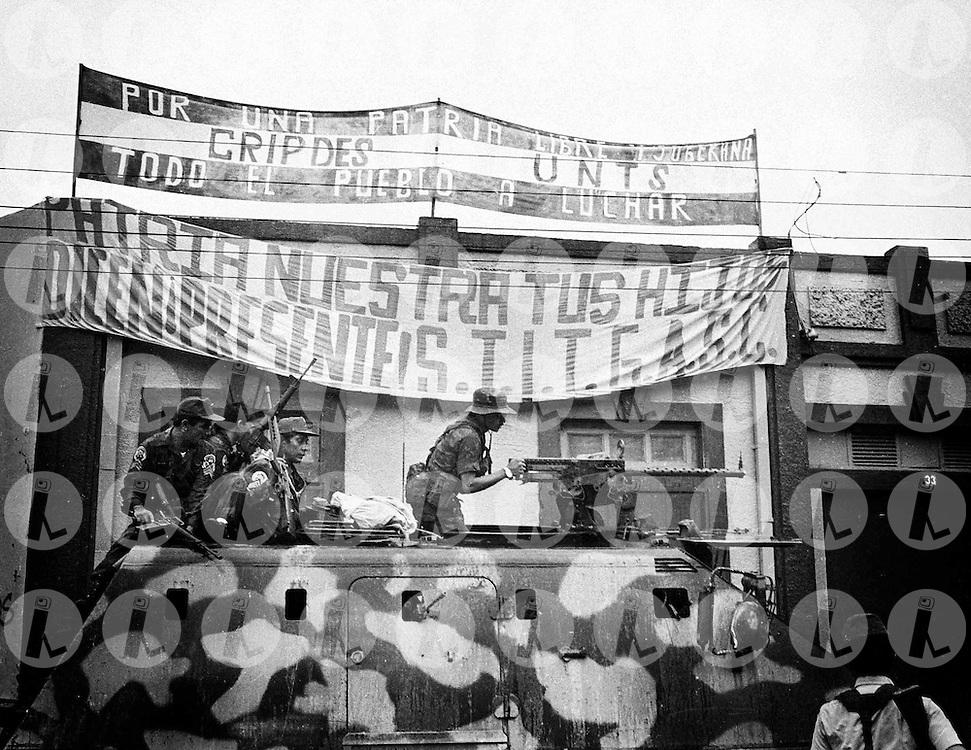 Miembros del Ejercito Salvadore-o patrullan 15 de septiembre de 1988 frente a las oficinas del Comite Cristiano Pobladores y Desplasados de El Salvador (CRIPDES).(IL Photo).