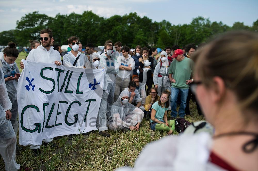 Eine Aktivisten spricht am 13.05.2016 bei Porschim, Deutschland zu Aktivisten die an einem Aktionstraining teilnehmen. &Uuml;ber das Pfingstwochenende wollen mehrere Tausend Aktivisten den Braunkohlentagebau  blockieren um gegen die Nutzung von fossilen Brennstoffen zu protestieren. Foto: Markus Heine / heineimaging<br /> <br /> ------------------------------<br /> <br /> Ver&ouml;ffentlichung nur mit Fotografennennung, sowie gegen Honorar und Belegexemplar.<br /> <br /> Bankverbindung:<br /> IBAN: DE65660908000004437497<br /> BIC CODE: GENODE61BBB<br /> Badische Beamten Bank Karlsruhe<br /> <br /> USt-IdNr: DE291853306<br /> <br /> Please note:<br /> All rights reserved! Don't publish without copyright!<br /> <br /> Stand: 05.2016<br /> <br /> ------------------------------<br /> <br /> ------------------------------<br /> <br /> Ver&ouml;ffentlichung nur mit Fotografennennung, sowie gegen Honorar und Belegexemplar.<br /> <br /> Bankverbindung:<br /> IBAN: DE65660908000004437497<br /> BIC CODE: GENODE61BBB<br /> Badische Beamten Bank Karlsruhe<br /> <br /> USt-IdNr: DE291853306<br /> <br /> Please note:<br /> All rights reserved! Don't publish without copyright!<br /> <br /> Stand: 05.2016<br /> <br /> ------------------------------
