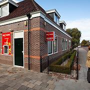 Nederland, Wognum,  , 12-10-2009  Vertwijfelde klant bij pin automaat van DSB die buiten werking is. FOTO: Gerard Til / Hollandse Hoogte
