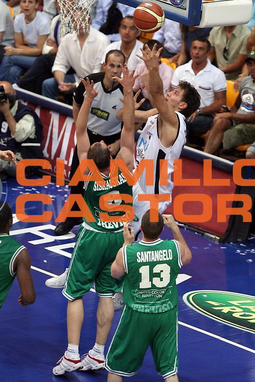 DESCRIZIONE : Bologna Lega A1 2005-06 Play Off Finale Gara 1 Climamio Fortitudo Bologna Benetton Treviso <br /> GIOCATORE : Mancinelli<br /> SQUADRA : Climamio Fortitudo Bologna<br /> EVENTO : Campionato Lega A1 2005-2006 Play Off Finale Gara 1 <br /> GARA : Climamio Fortitudo Bologna Benetton Treviso <br /> DATA : 14/06/2006 <br /> CATEGORIA : Tiro<br /> SPORT : Pallacanestro <br /> AUTORE : Agenzia Ciamillo-Castoria/G.Ciamillo
