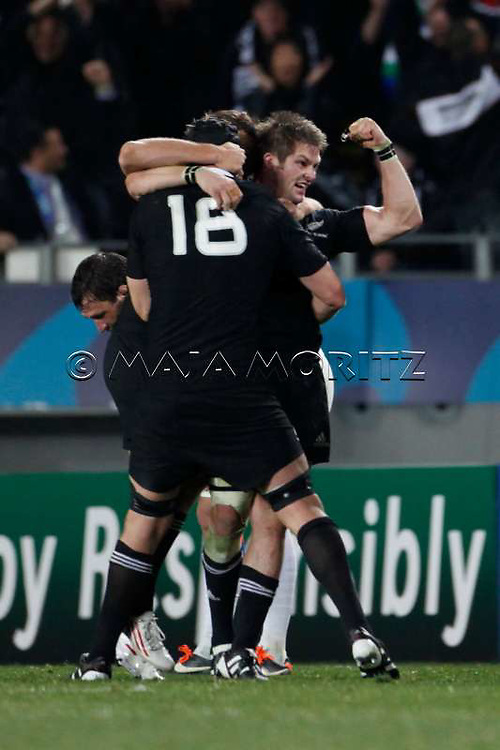 The All Blacks celebrate their victory over France, Israel DAGG (L) with Ali WILLIAMS (18) and captain Richie McCAW