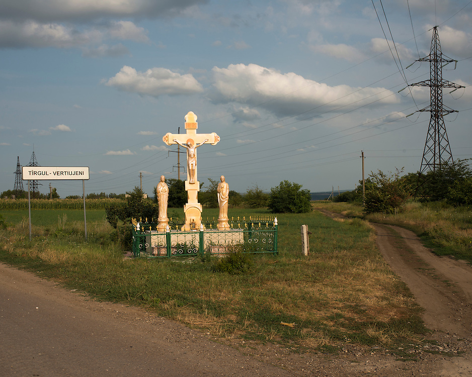 De par sa Constitution, la Moldavie est un état laïc. Cependant, la très grande majorité des citoyens moldaves est chrétienne orthodoxe. Dans les villages ou au croisement de routes il est fréquent de voir des représentations religieuses.