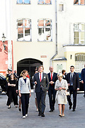 Koning Willem Alexander brengt een staatsbezoek aan de Republiek Estland. ///  King Willem Alexander makes a state visit to the Republic of Estonia.<br /> <br /> Op de foto / On the photo: Koning Willem Alexander en president Kersti Kaljulaid tijdens een Stadswandeling door het Historisch centrum van Tallinn //// King Willem Alexander and President Kersti Kaljulaid during a City Walk through the Historic Center of Tallinn