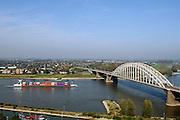 Nederland, Nijmegen, 13-10-2005..Uitzicht op Lent,Veur-Lent, onderdeel van de Waalsprong. de bebouwing aan de andere oever komt misschien op een eiland te liggen als het plan doorgaat om een geul, verbindingsgeul te graven tussen de verkeersbrug en de spoorbrug, teneinde de rivier bij hoogwater meer ruimte te geven. Waterhuishouding, overstromingsgevaar, waterbeheer, rivier de Waal, klimaatveranderig, milieu...Waalbrug, containervervoer over water, binnenschip, binnenvaartschip, binnenscheepvaart, logistiek, transport, vervoer over water, oeververbinding, landschap..Foto: Flip Franssen/Hollandse Hoogte