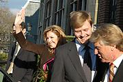 Willem-Alexander en Máxima slaan eerste munt Amalia
