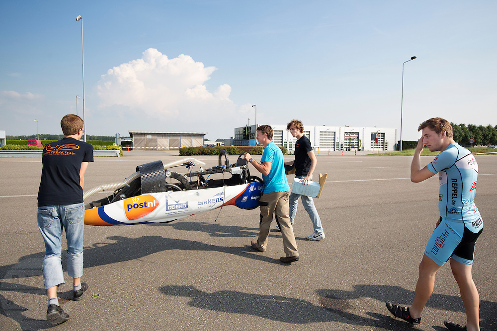 In Lelystad voert het Human Power Team Delft en Amsterdam, dat bestaat uit studenten van de TU Delft en de VU Amsterdam, de laatste testen uit met de VeloX4 voor de recordpoging eind juli in Duitsland. Tijdens het laatste weekend wil het team het uurrecord verbreken. In september willen ze een poging doen het wereldrecord snelfietsen te verbreken, dat nu op 133 km/h staat tijdens de World Human Powered Speed Challenge.<br /> <br /> In Lelystad the Human Power Team Delft and Amsterdam tests the VeloX4 for the last time before the hour record attempt in Germany end of July. With the special recumbent bike the Human Power Team Delft and Amsterdam, consisting of students of the TU Delft and the VU Amsterdam, also wants to set a new world record cycling in September at the World Human Powered Speed Challenge. The current speed record is 133 km/h.