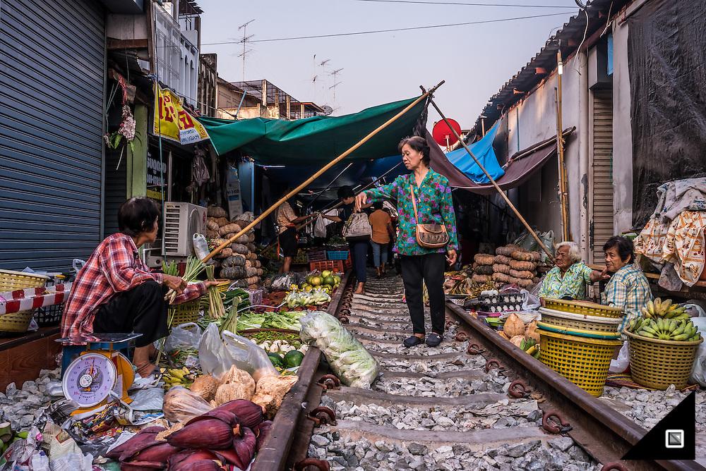 Maeklong - Train Market