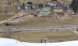 22.03.2018, Pichl-Preunegg bei Schladming, AUT, Red Bull Der lange Weg, Überquerung Alpenhauptkamm, längste Skitour der Welt, im Bild v. l. David Wallmann (AUT), Philipp Reiter (GER) vor der Kulisse des Hotels Pichlmayrgut // during the Red Bull Der lange Weg, crossing of the main ridge of the Alps, longest ski tour of the world, in Pichl-Preunegg near Schladming, Austria on 2018/03/22. EXPA Pictures © 2018, PhotoCredit: EXPA/ Martin Huber