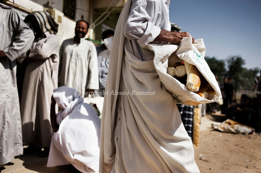 LIBYAN ARAB JAMAHIRIYA, Zintan : Libyan people waiting to buy bread in Zintan , on July 12, 2011. ALESSIO ROMENZI