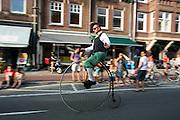 Voorafgaand aan de Tourstart vindt de La Caravane d'Utrecht plaats, een parodie op de reclamecaravaan. In Utrecht worden de laatste voorbereidingen getroffen voor de Grand Depart. Op 4 juli start de Tour de France in Utrecht met een tijdrit. De dag daarna vertrekken de wielrenners vanuit de Domstad richting Zeeland. Het is voor het eerst dat de Tour in Utrecht start.<br /> <br /> In Utrecht the last arrangements are made for the Grand Depart . On July 4 the Tour de France starts in Utrecht with a time trial. The next day the riders depart from the cathedral city direction Zealand. It is the first time that the Tour starts in Utrecht.
