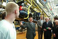 21 AUG 2001, MLADA BOLESLAW/TSCHECHISCHE REPUBLIK<br /> Gerhard Schroeder, SPD, Bundeskanzler, besucht das Skoda Werk, Sommerreise des Kanzlers, Skoda Autowerk Mlada Boleslaw, Tschechische Republik<br /> IMAGE: 20010821-01-044<br /> KEYWORDS: Gerhard Schröder, Kanzlerreise, Autoindustrie, Atomobilindustrie, Auto, Car, Arbeiter, Worker