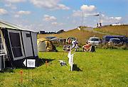 """Nederland, Nijmegen, 14-7-2008Lopers bereiden zich op 4daagse camping """"de Kat"""" voor op de tocht die morgen begint. Vorig jaar begon de kat met het opzetten van deze camping voor lopers, in een weiland in de Ooij, op een steenworp van de stad.Foto: Flip Franssen/Hollandse Hoogte"""