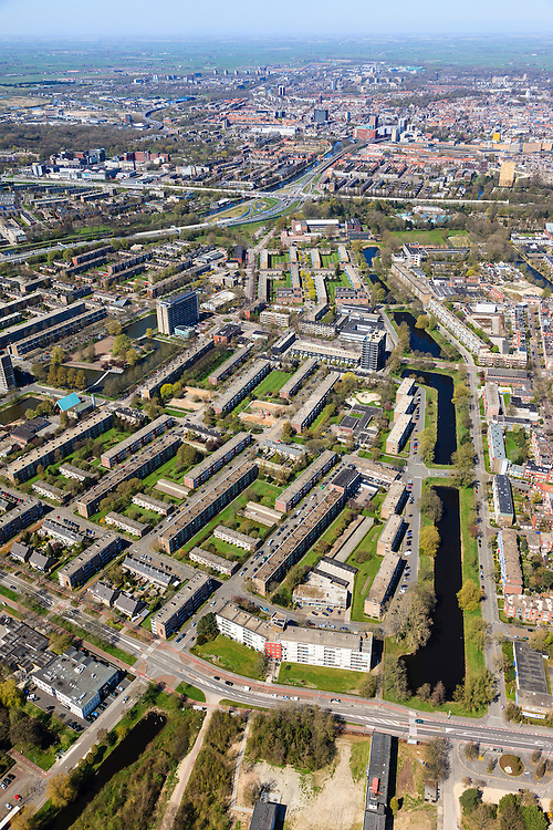 Nederland, Groningen, Groningen, 01-05-2013; De Wijert Noord. Rationele woonwijk uit de wederopbouwperiode. Karakteristieke afwisseling tussen (open) bebouwing en groene ruimtes. De verschillende soorten huizen herhalen zich (herhaalbare module van de wooneenheid ofwel stempels). De A28 linksboven.<br /> New residential area in Groningen built during the period of Reconstruction after World War II . Characteristic alternation between (open) built-up area and green spaces. Rationalistic architecture.<br /> luchtfoto (toeslag op standard tarieven)<br /> aerial photo (additional fee required)<br /> copyright foto/photo Siebe Swart