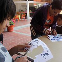 Toluca, Mex.- El Centro Cultural Mexiquense ofrece cada domingo una serie de talleres para niños y sus papás como dibujo, repujado, títeres de varilla, papiroflexia, figuras de papel para armar, arena pintada, y conciertos de música entre otras cosas, en donde los asistentes pueden dejar volar su imaginación y poner en práctica su creatividad. Agencia MVT / Crisanta Espinosa. (DIGITAL)<br /> <br /> NO ARCHIVAR - NO ARCHIVE